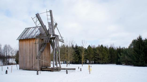 Oude houten windmil, wit-russisch staatsmuseum van volksarchitectuur, regio minsk, azjarco-dorp, wit-rusland