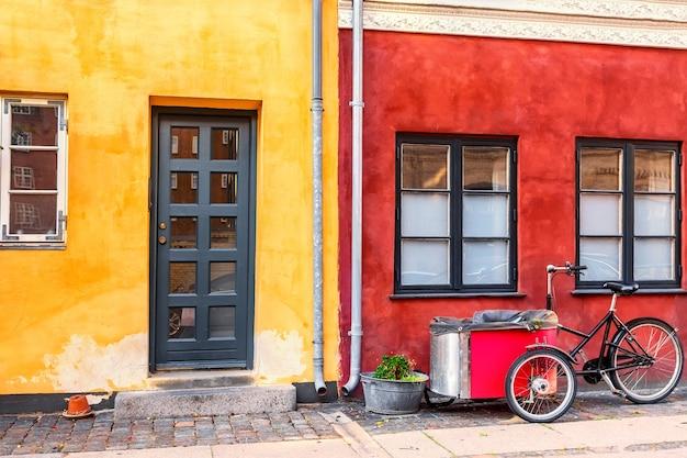 Oude huizen in kopenhagen met typische fiets Premium Foto