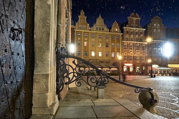 Oude huizen op marktplein in wroclaw's nachts
