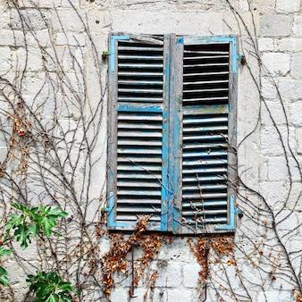 Oude huizen oud huisraam met gesloten luiken