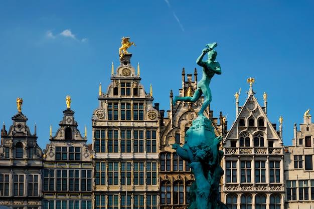 Oude huizen van antwerpen grote markt en monumentaal fonteinbeeldhouwwerk, belgië. vlaanderen