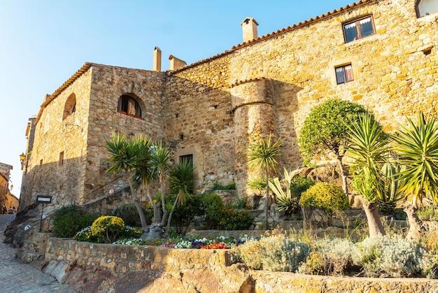 Oude huizen van het middeleeuwse dorp pals, straten van het historische centrum bij zonsondergang, girona aan de costa brava van catalonië in de middellandse zee