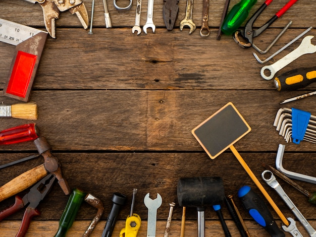 Oude hulpmiddelen op een houten tafel