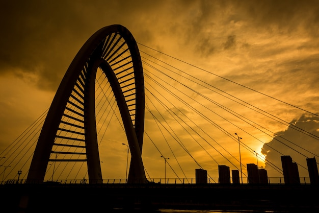 Oude ijzeren brug bij zonsondergang