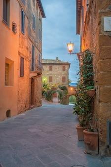 Oude italiaanse stad in schemering en licht van lantaarns, pienza, toscane