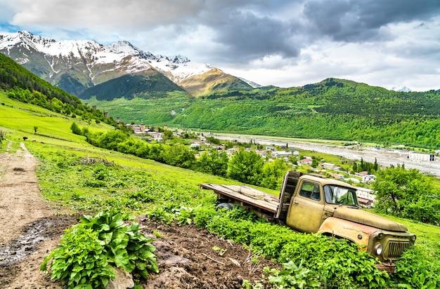 Oude kapotte sovjet-vrachtwagen in de bergen van de kaukasus mestia, georgië