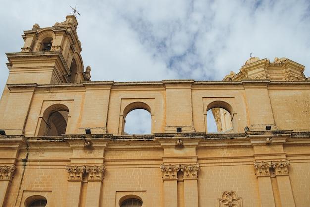 Oude kathedraal met bogen en stenen pilaren aan de hemel