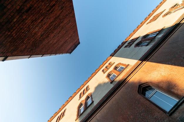 Oude kazerne bouwen en ketelruim pijp, perspectief onderaanzicht. historisch gebouw uit de laatste wereldoorlog ii