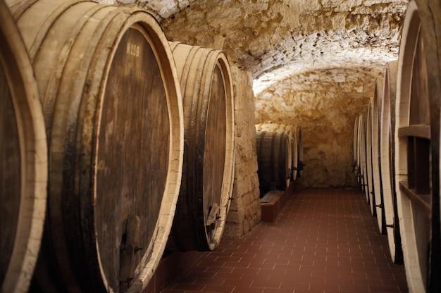 Oude kelder van de wijnmakerij met vaten wijn.