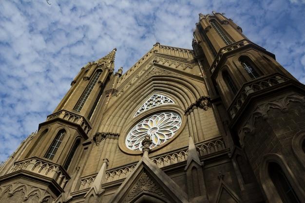 Oude kerk met lucht op de achtergrond