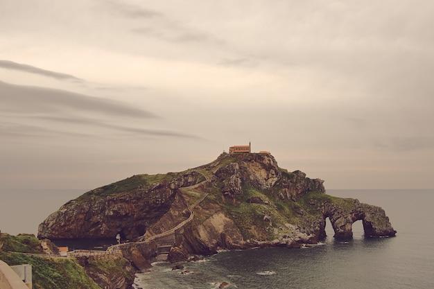 Oude kerk op een eilandheuvel, san juan de gazteluatxe, vizcay, spanje