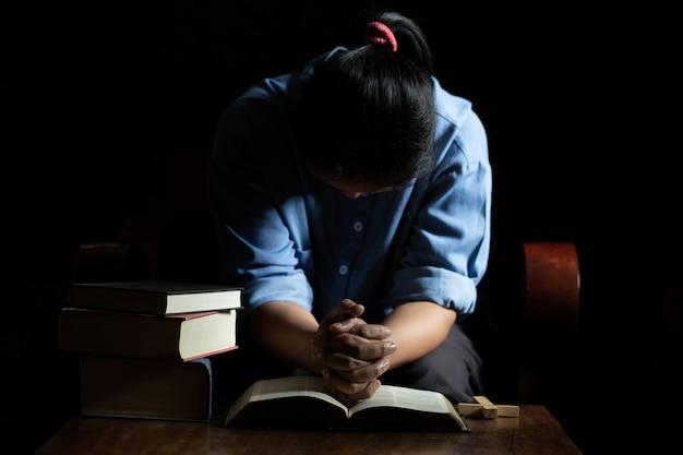Oude kerkkruis en bijbel op hout