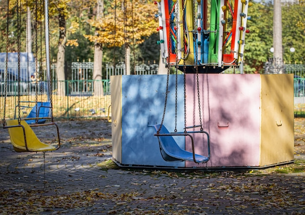 Oude kindercarrousel in een verlaten park.