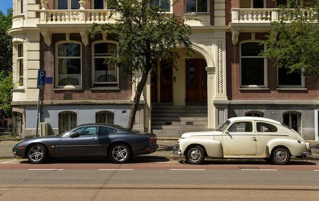 Oude klassieke auto en nieuwe moderne auto
