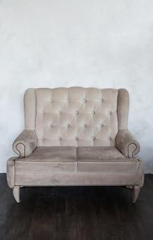 Oude klassieke fauteuil in het interieur. minimalisme