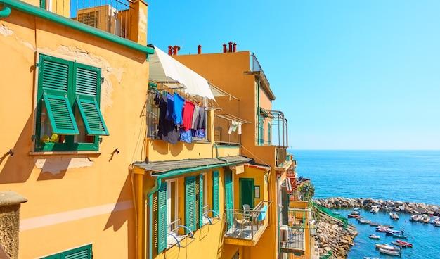 Oude kleurrijke huizen in de buurt van de zee in de stad riomaggiore in cinque terre, la spezia, italië
