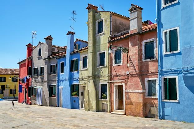 Oude kleurrijke huizenarchitectuur bij het vierkant.