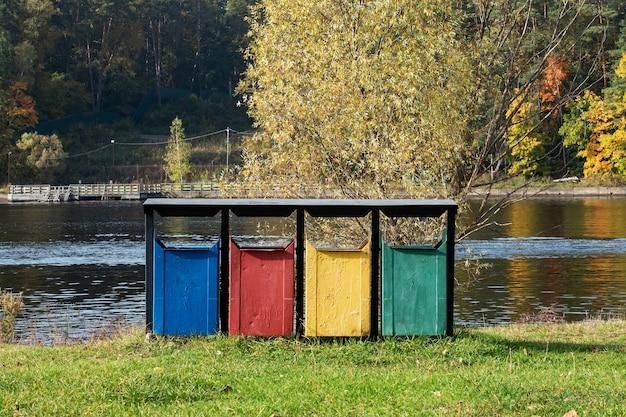 Oude kleurrijke prullenbakken in het park.