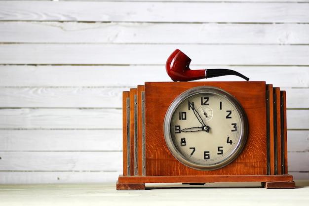 Oude klok en rookpijp