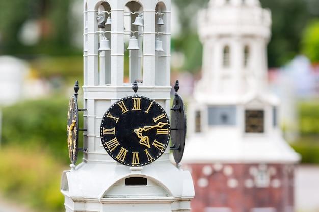 Oude klokkentorenclose-up, miniatuurscène openlucht, europa. minifiguren met hoge detaling van objecten, realistisch diorama