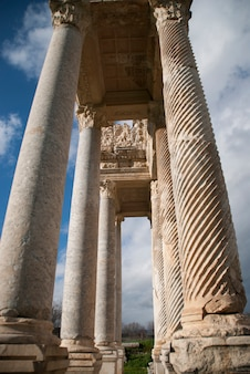 Oude kolommen met hemelachtergrond