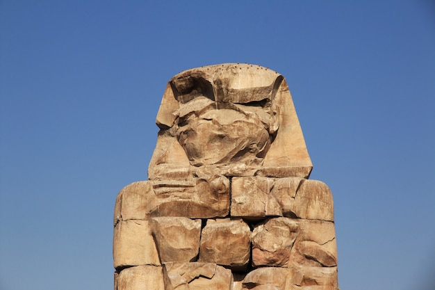 Oude kolossen van memnon in egypte, luxor