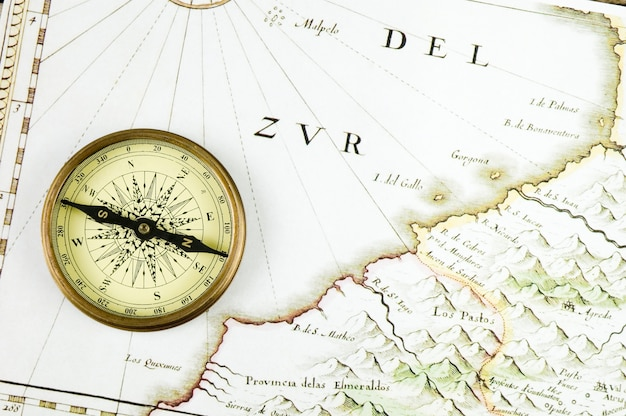 Oude kompas en kaart