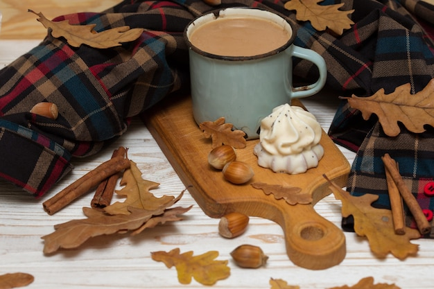 Oude kop koffie met cake en versieringen