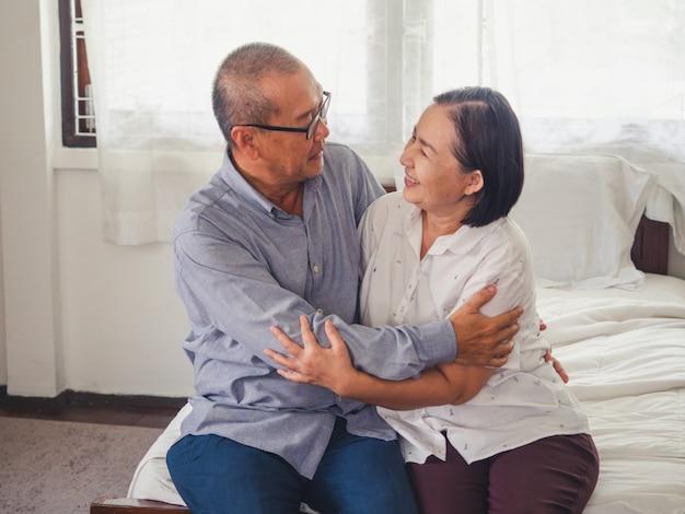 Oude koppels tonen liefde voor elkaar, oudere man knuffel oudere vrouw