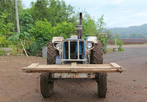 Oude krachtige tractor