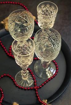 Oude kristalglazen op een lijst als reeks van kerstmis