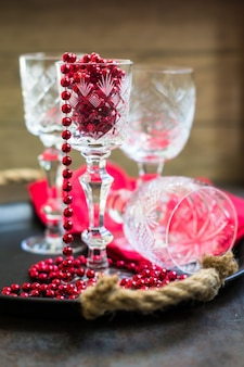 Oude kristallen glazen en kerstversiering