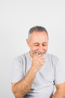 Oude lachende man in t-shirt