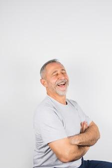 Oude lachende man met gesloten ogen