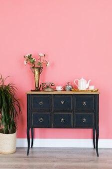 Oude ladenkast met voorwerpen op een roze muur. het interieur van de kamer.