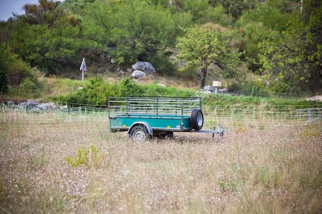 Oude ladingsaanhangwagen op een landelijke plaats. vintage gefilterd schot