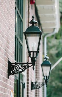 Oude lampen aan de buitenkant van een huis