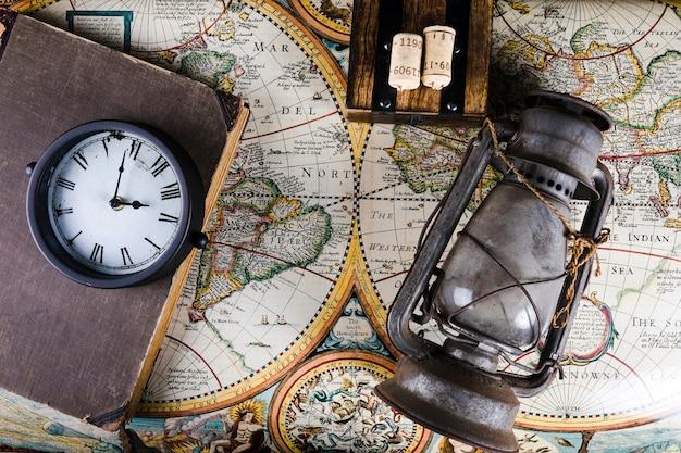 Oude lantaarn, klok en dagboek op vintage kaart