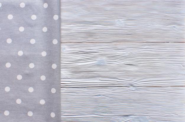 Oude lichte houten achtergrond. houten tafel met grijze keuken handdoek
