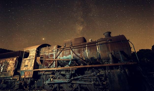 Oude locomotief met en melkachtige manier