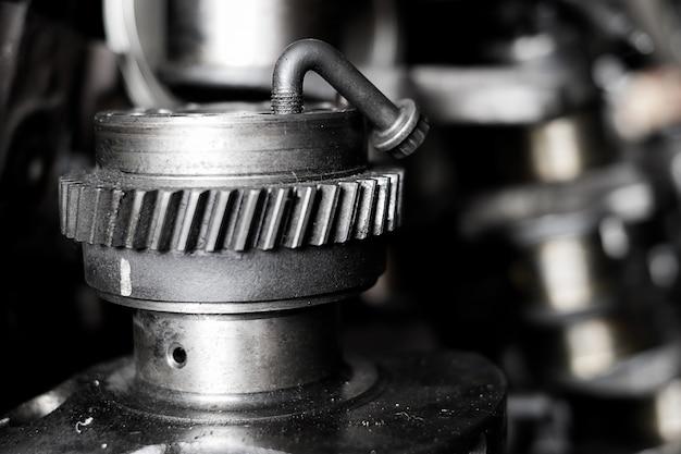 Oude machinedelen in de winkel van tweedehands machines
