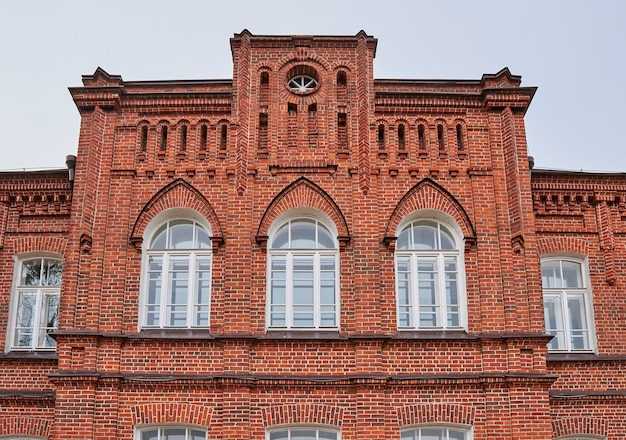 Oude majestueuze rode bakstenen gebouw in de gotische stijl. kazan