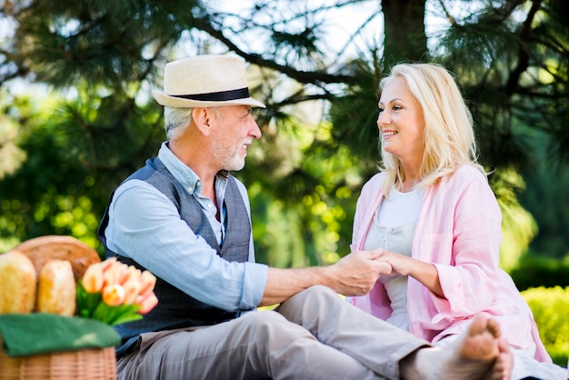 Oude man die de hand van zijn vrouw houdt