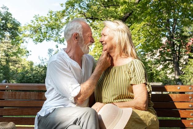 Oude man die de kin van de vrouw houdt