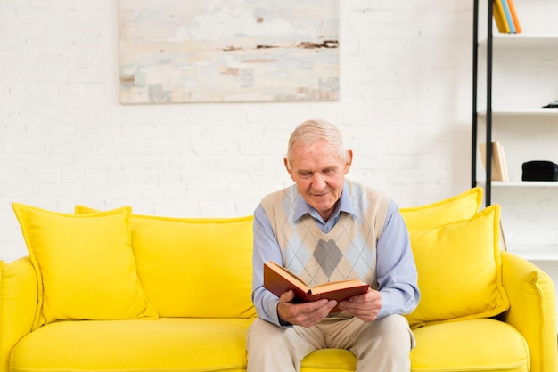 Oude man die een boek leest