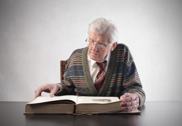 Oude man die een kodex leest