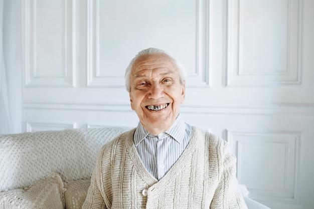 Oude man die lacht