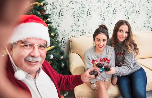 Oude man die selfie terwijl clanging bril