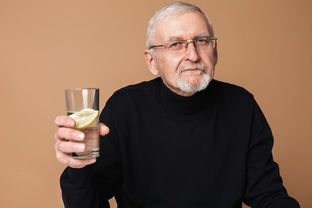 Oude man drinkwater portret