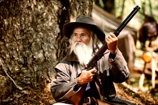 Oude man en geweer